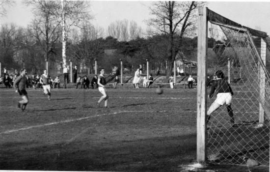 Mecz Turbiny w Wojciechowicach (1960 lub 1961). Zwróćcie uwagę na drewnianą bramkę! (fot. archiwum autora)