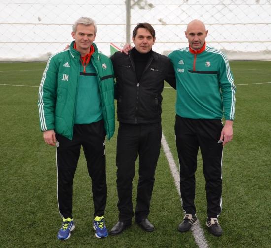Trenerzy Legii II Jacek Magiera i Grzegorz Szamotulski, a między nimi Piotr Wiski.