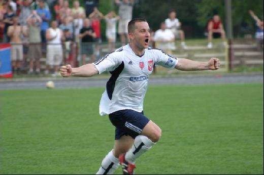 Tomasz Słowik w barwach Narwi w sezonie 2004/05 po strzeleniu bramki Olimpii Warszawa (fot. archiwum)